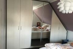 Holz-Einbauschrank-Weiss-mit-Spiegel