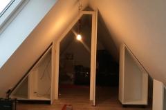 Holz-Einbauschrank-mit-Tuere-in-Dachschraege