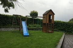 Holz_Klettergeruest_mit_Schaukel_und_Rutsche