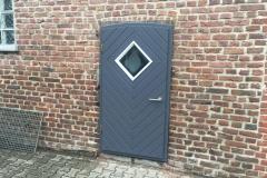 Holz Nebentüre zur Scheune mit Glasausschnitt