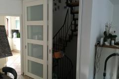 Holz Schiebtuere als Raumteiler zum Treppenhaus - geöffnet