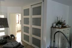 Holz Schiebtuere als Raumteiler zum Treppenhaus - geschlossen